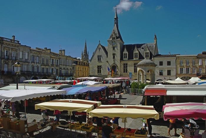 Le marché à Libourne, au fond l'hôtel de ville