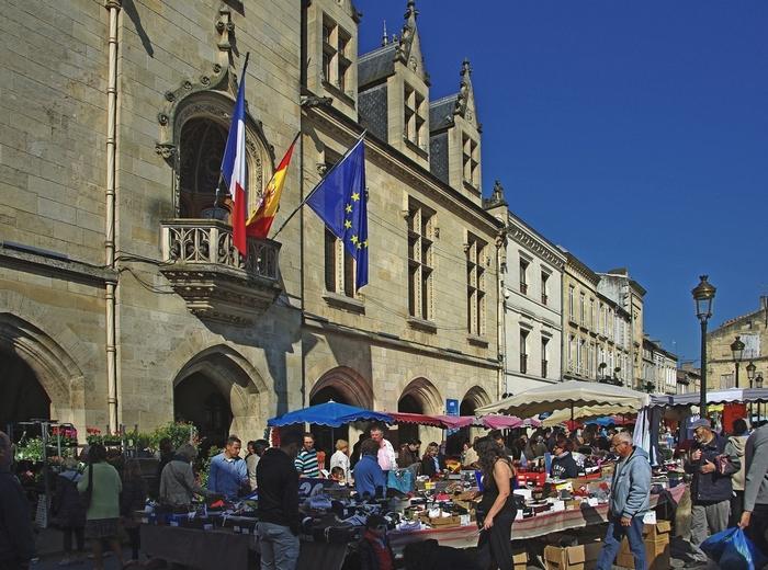 Le marché devant l'hôtel de ville