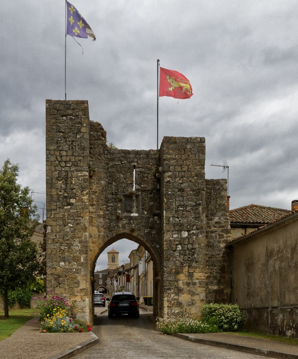 La porte côté sud, au fond les arcades et l'église