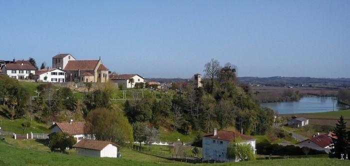 Vue village et rivière au sol