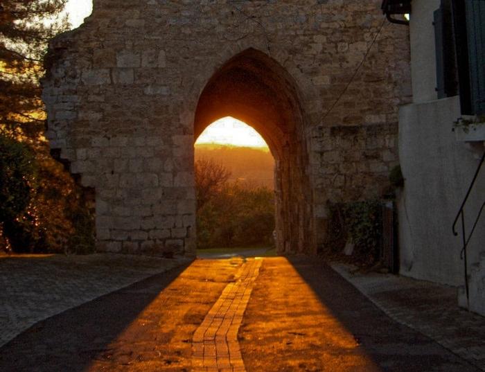 Coucher de soleil à travers la porte fortifiée
