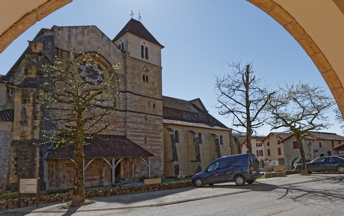 La façade nord de l'église abbatiale depuis les arcades