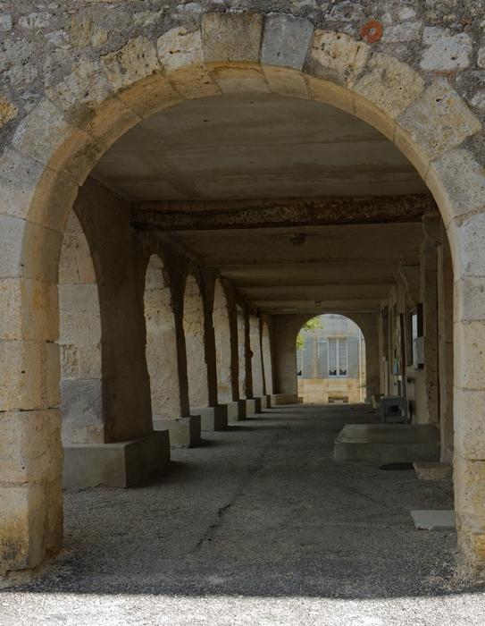 Les arcades sur la place