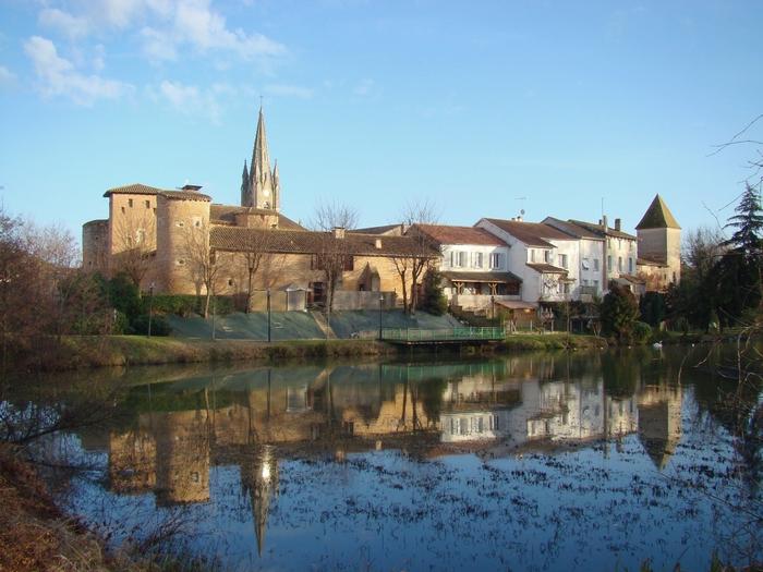 La Commanderie, le village se reflètent dans le plan d'eau du ruisseau de l'Aze