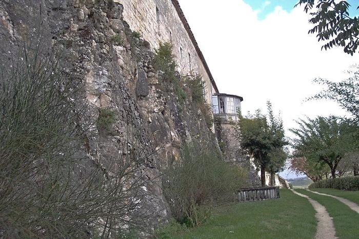 Le bord de la butte et les hauts murs