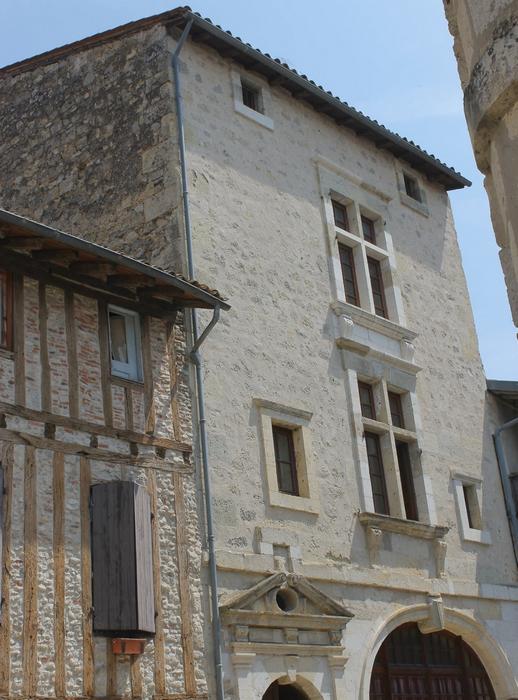 Au hasard des rues : pans de bois verticaux et fenêtres à menaux