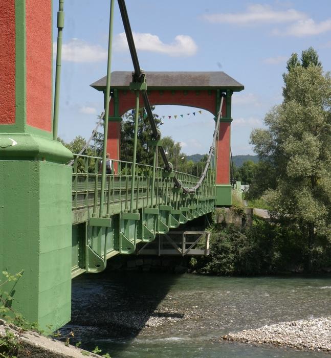 """Le pont suspendu et les berges du gave (""""saligues"""")"""